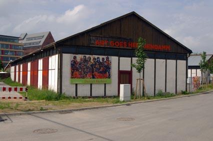 Videohalle mit Plakat von Daniel Richter
