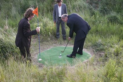 Oberbürgermeister Roland Mehtling golft auf dem G8-Golfplatz an der Silverpearl bei Art goes Heiligendamm