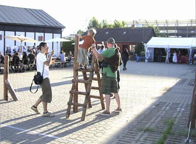 """Besucher übersteigt """"Wildgatter"""" von Francis Zeischegg"""